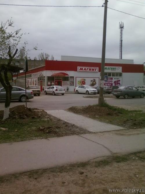 Волжский заполонили пешеходные переходы «в никуда». Фотоподборка