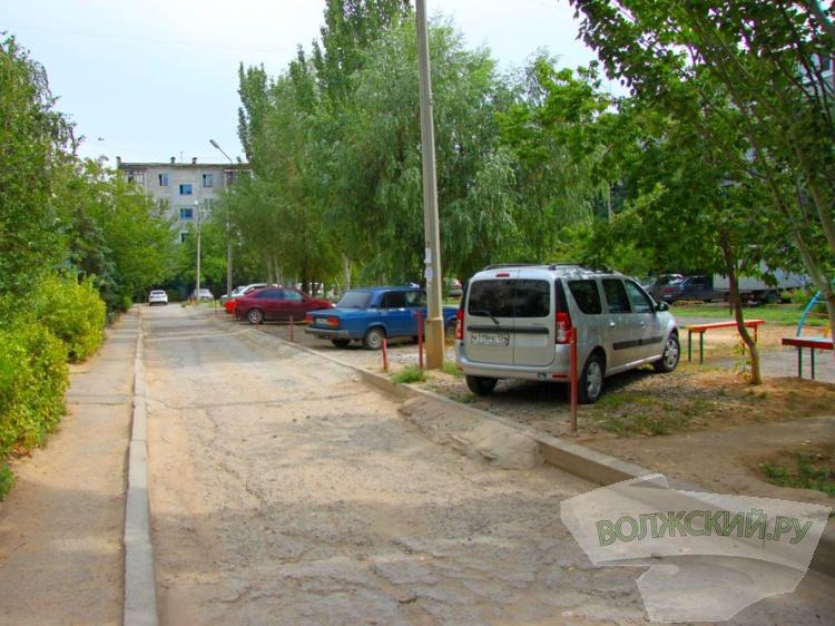 Незаконно паркующимся во дворах грозит штраф до 4 тысяч рублей