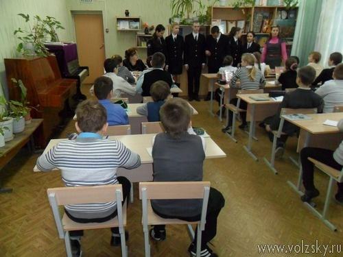 Юные полицейские узнали у младшеклассников как вести себя с незнакомцами