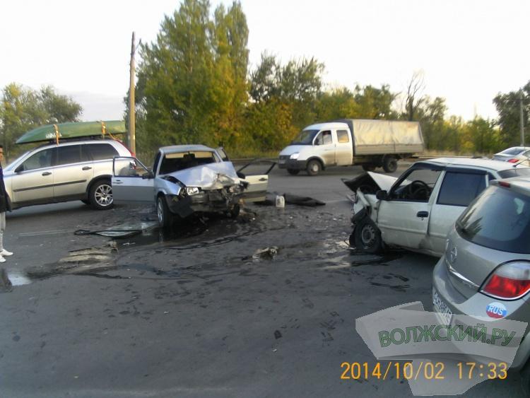 В Волжском в столкновении 4-х машин пострадали 4 человека