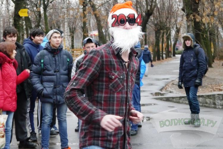 «Забег» Дедов Морозов» в Волжском плавно превратился в «заплыв»