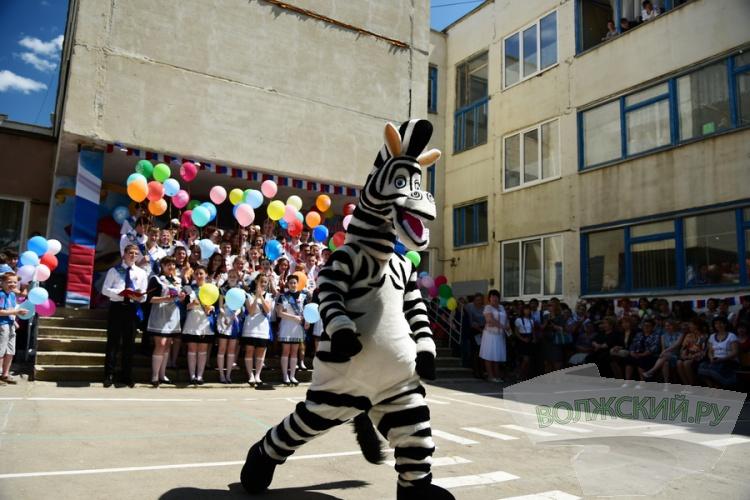1290 выпускников 11-х классов попрощались сегодня со школой