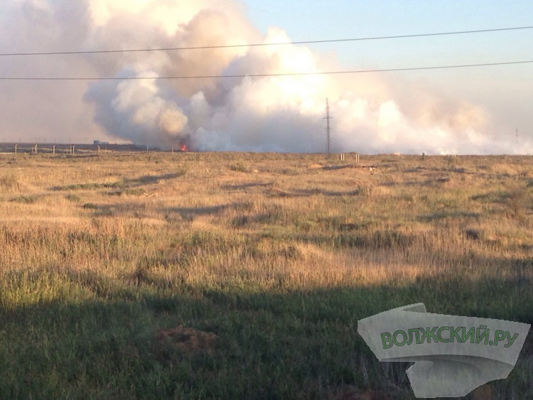 Дым от крупного пожара в Волжском может накрыть город в ближайшие часы