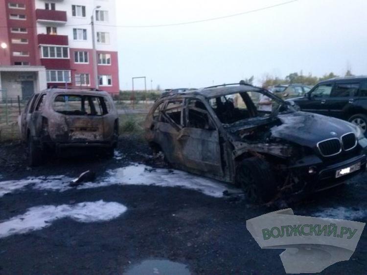 В Волжском сожгли 4 дорогие иномарки