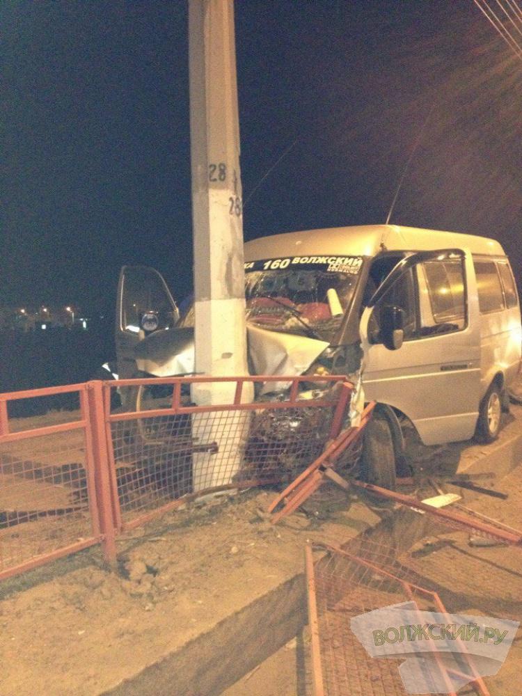 Волжская маршрутка влетела столб в Волгограде