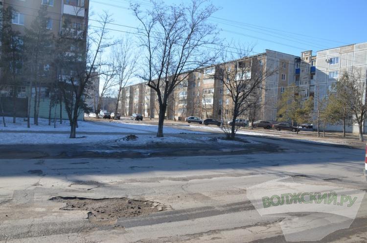 Город « в яме»: с какими дорогами Волжский провожает зиму?