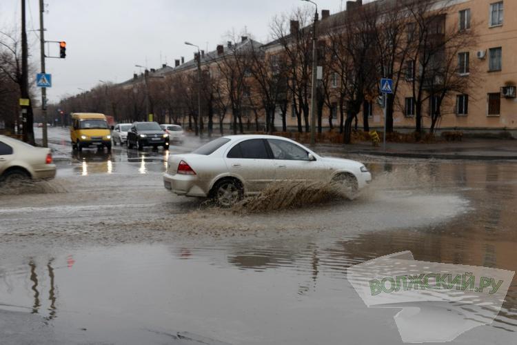 Город «в луже»: начало сезона дождей волжане отметили большим «заплывом»