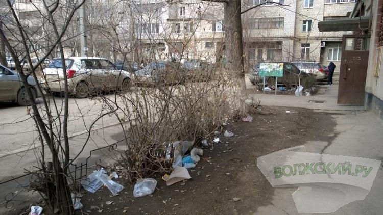 Пока волжские «коммунальщики» отмечали профпраздник, город занесло мусором