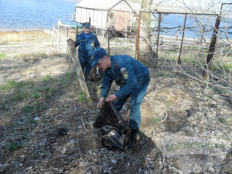 Пожарные благоустраивали Волжский