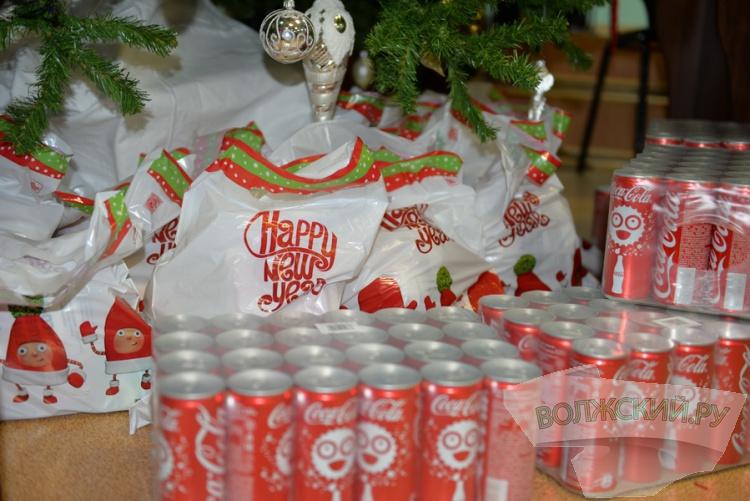 «Рождественский караван» Coca-Cola приехал в Волжский детский дом
