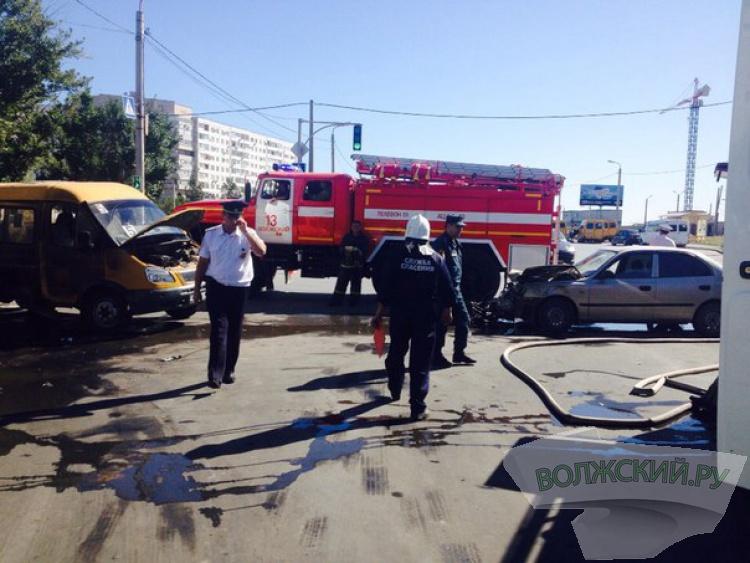 В Волжском в ДТП загорелась маршрутка