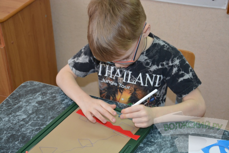 Слепых детей в Волжском обучают рисованию