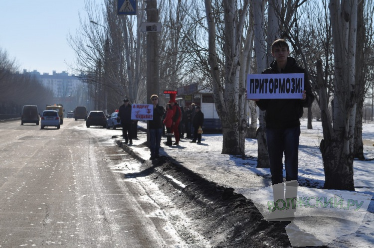 Сотрудники Госавтоинспекции в Волжском попросили водителей притормозить перед судьбой