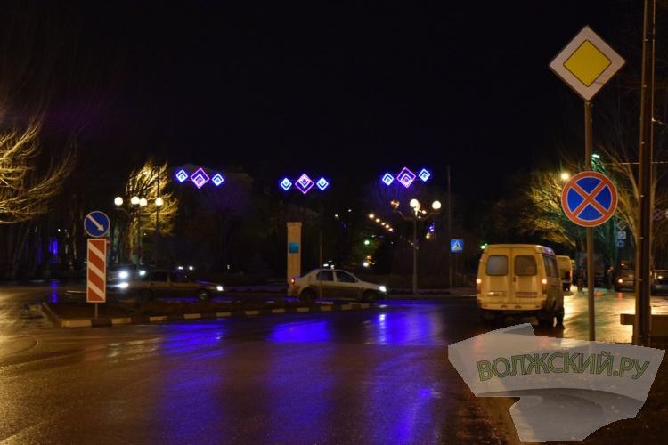 Центральная площадь Волжского засветилась новыми огнями