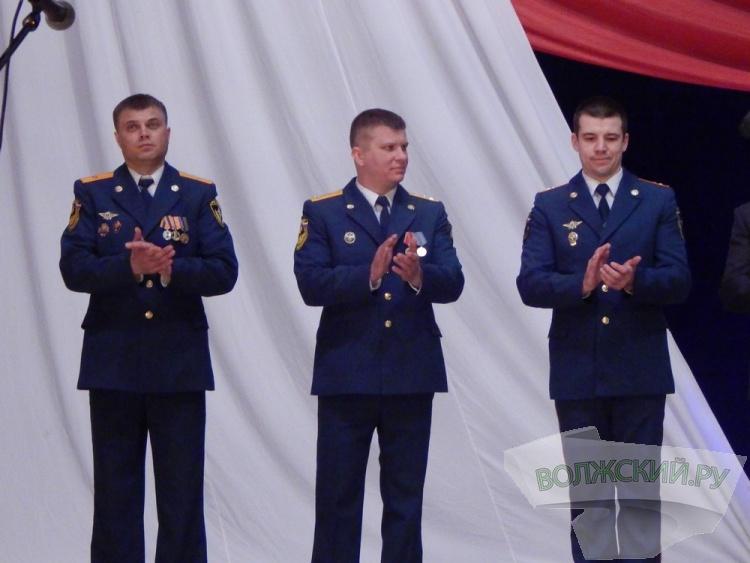 В преддверии 23 февраля в Волжском наградили офицеров