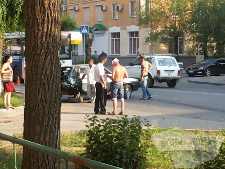 В старой части Волжского столкнулись два «ВАЗа-21099»