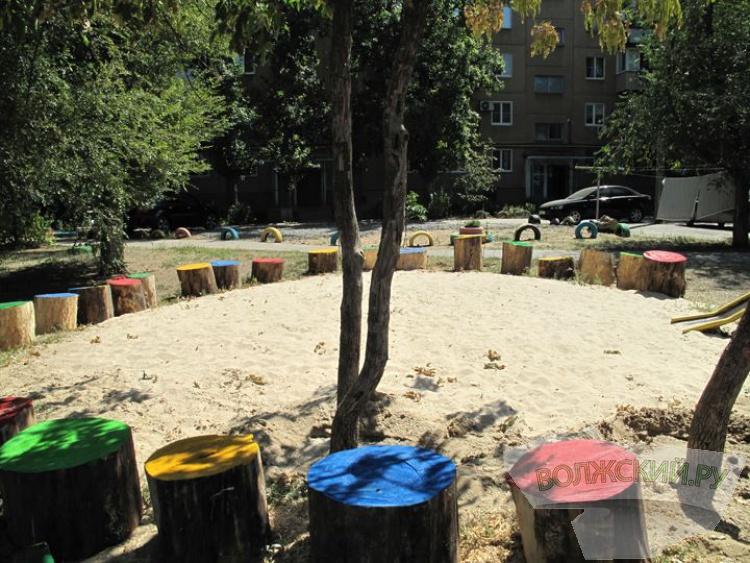 В Волжском благоустраивают детские площадки