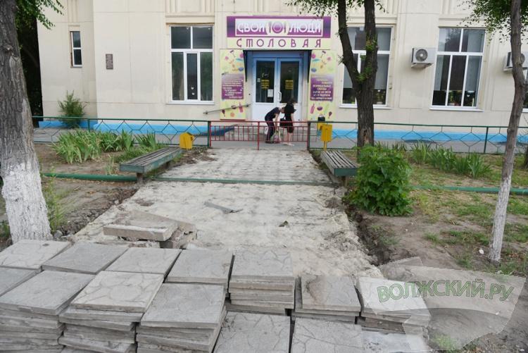 В Волжском демонтируют «опасные» тротуары