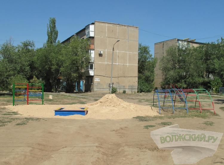 В Волжском детские площадки отгораживают от автомобилистов
