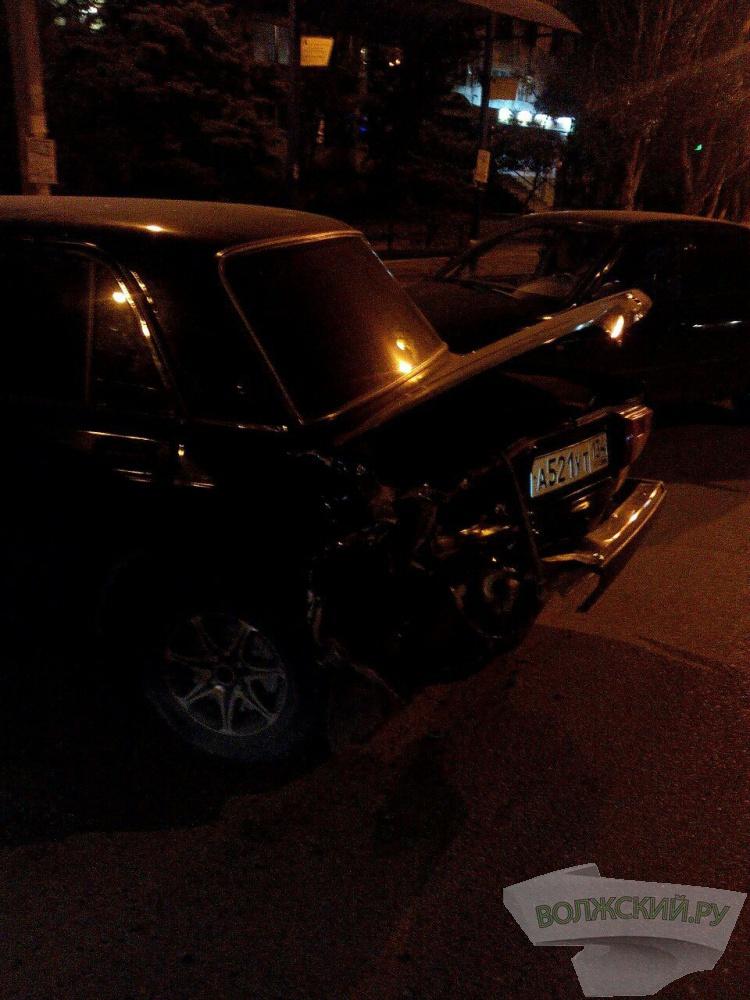 В Волжском лихач помял сразу три машины