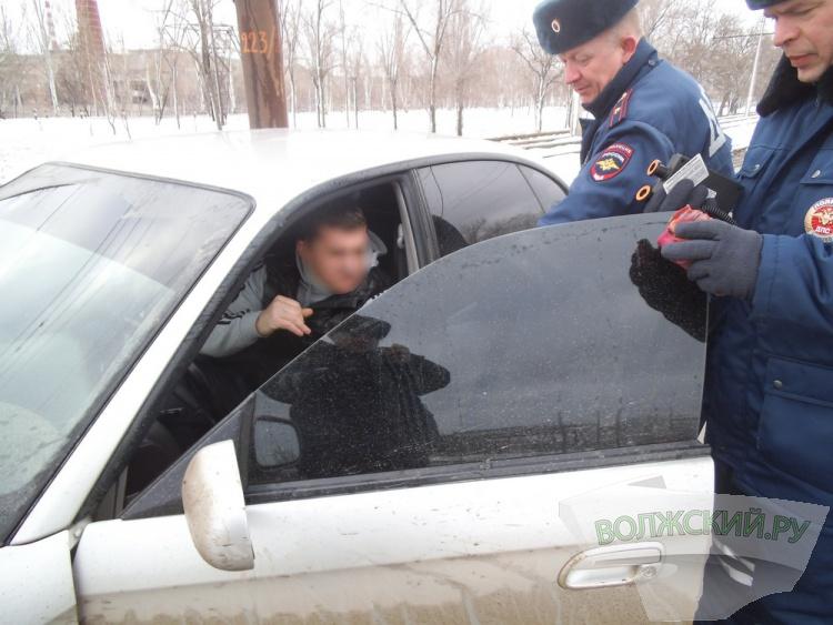 В Волжском молодого водителя посадили на 2 суток за тонировку