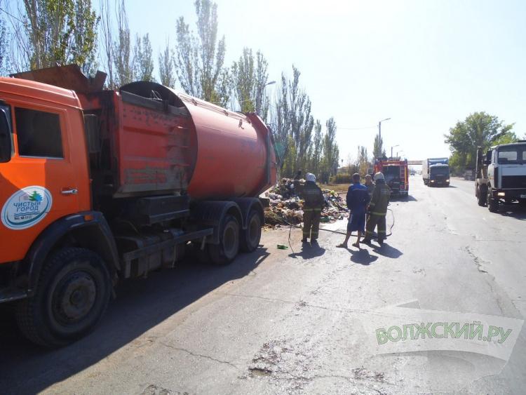 В Волжском на улице Пушкина загорелся мусоровоз