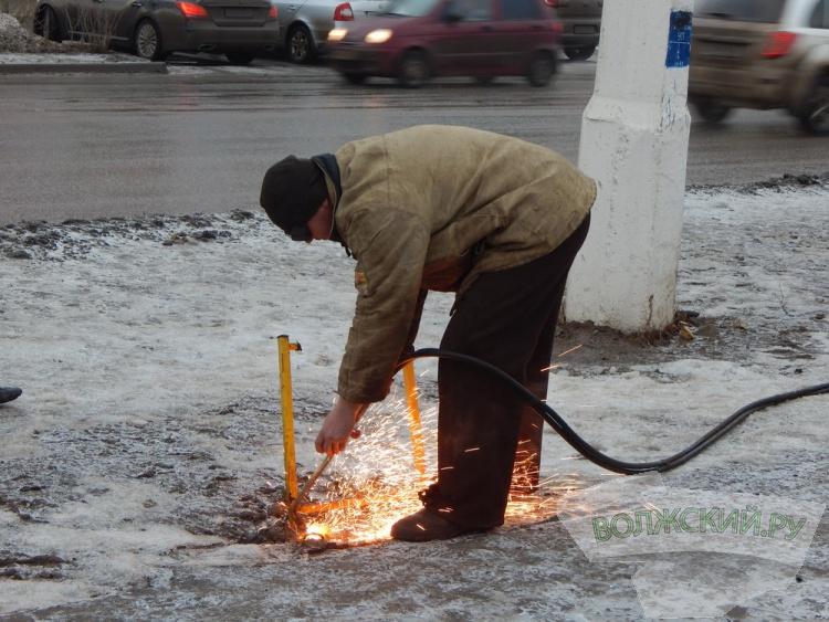 В Волжском начался массовый снос незаконных билбордов