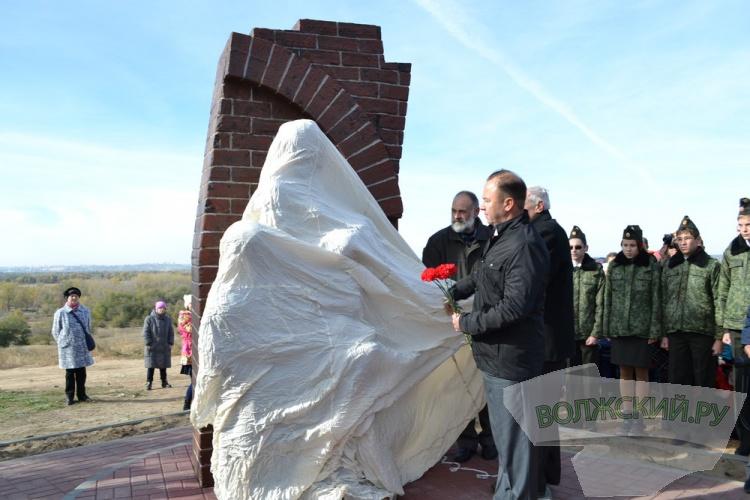 В Волжском открыли монумент «Матерям и детям военного Сталинграда»