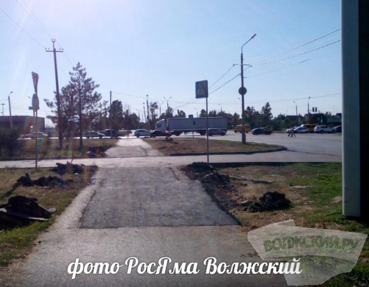 В Волжском отремонтировали часть тротуара вдоль улицы Александрова