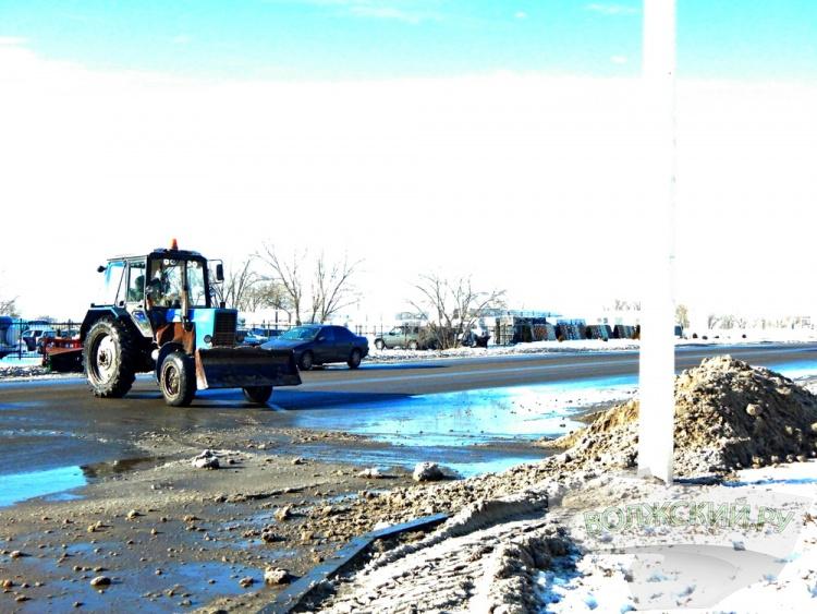 В Волжском продолжают устранять последствия снегопада