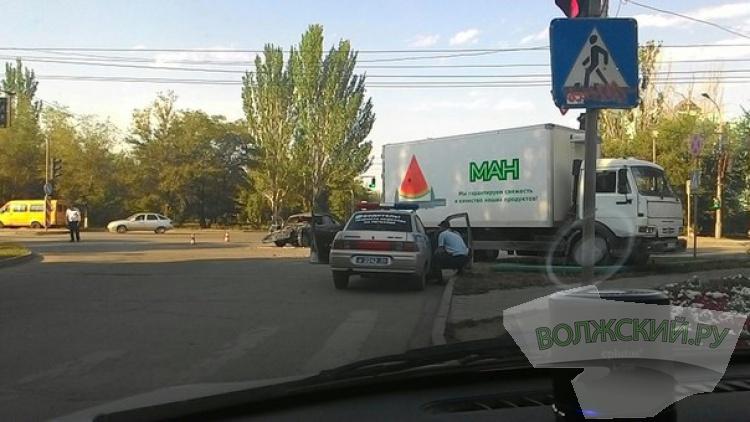 В Волжском «семерка» столкнулась с «КАМАЗом»