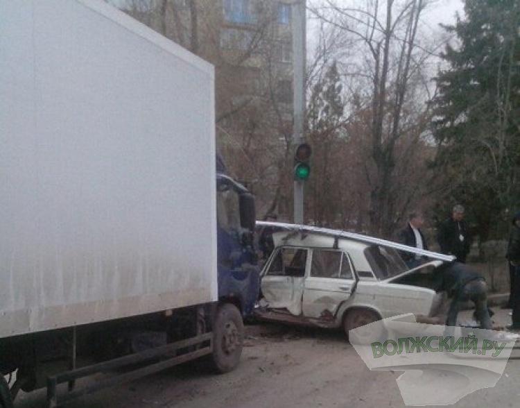 В Волжском «шестерка» попала под грузовик