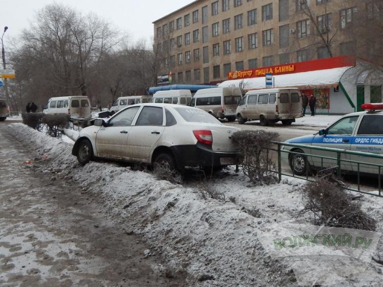 В Волжском таксист снёс столб