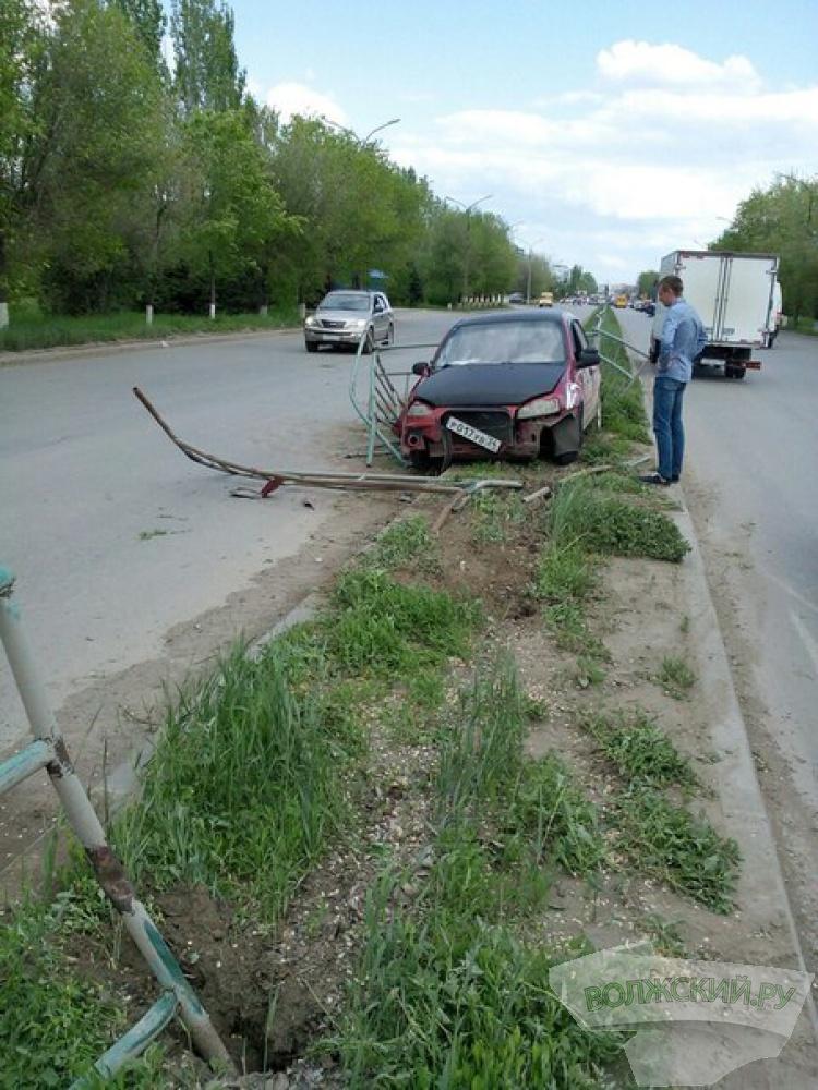 В Волжском учебная машина снесла дорожное ограждение