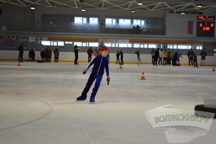 В Волжском юные фигуристы соревновались на льду со своими родителями