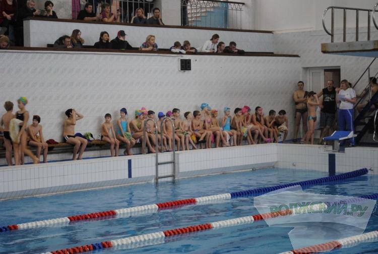 В Волжском юные пловцы сдавали экзамен