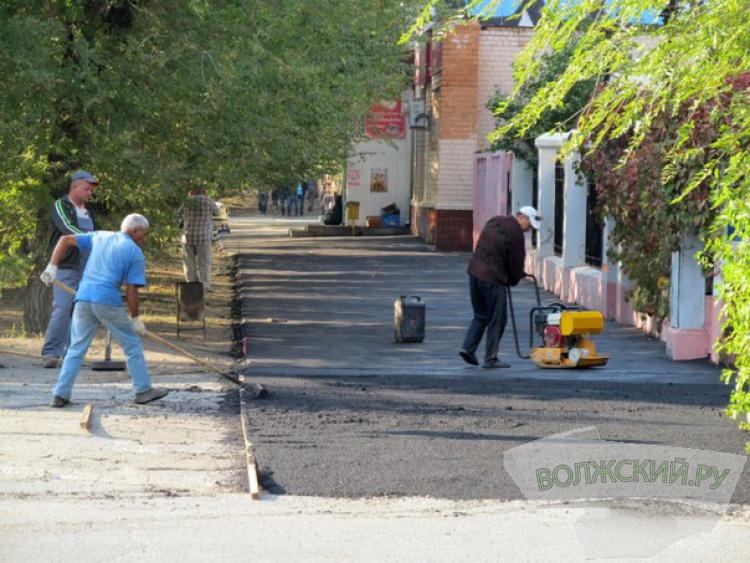 В Волжском ремонтируют магистральные дороги тротуары