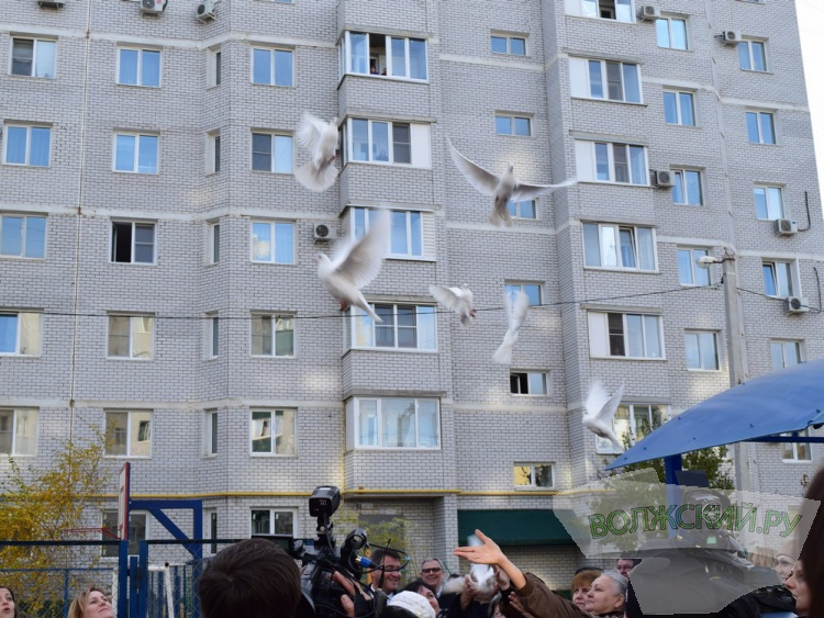 Волжским переселенцам вручили ключи от новых квартир