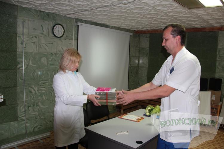 Волжским врачам ко Дню медработника подарили планшеты