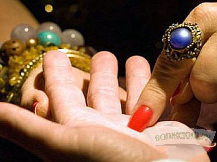 ВВолжском «колдунья» выманила упенсионерки тысячу долларов и150 тысяч руб.