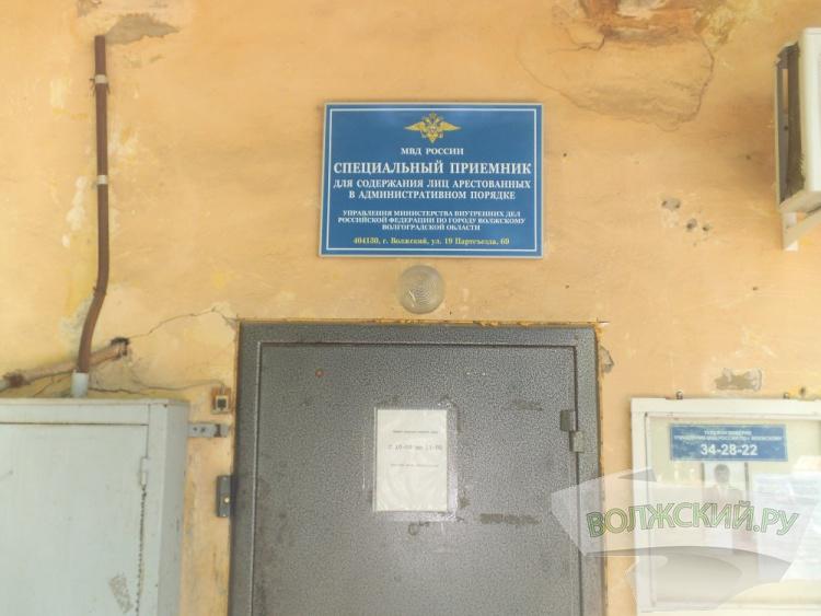 Злостных нарушителей ПДД закрыли в спецприемнике