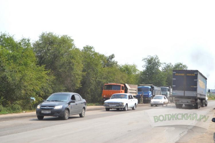 В Волжском начали класть новый асфальт на «объездной»