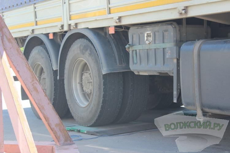 Для сохранения дорог в Волжском начали взвешивать «большегрузы»