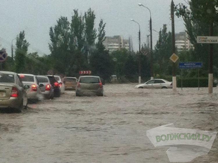 В Волжском ассенизаторы всю ночь откачивали воду с улиц