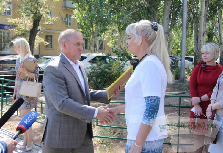 Воронин вручил «Сертификаты уважения к городу»