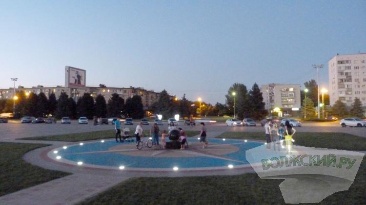 Ко Дню города на площади Ленина монтируют новое освещение