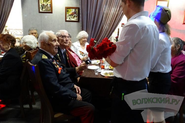 Коллектив бара «Кураж» поздравляет ветеранов с Днем Победы!