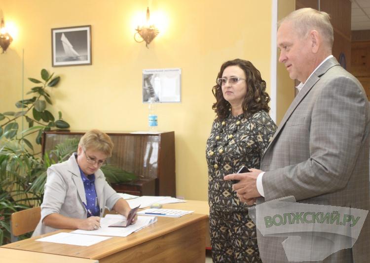 Первые лица Волжского исполнили свой гражданский долг