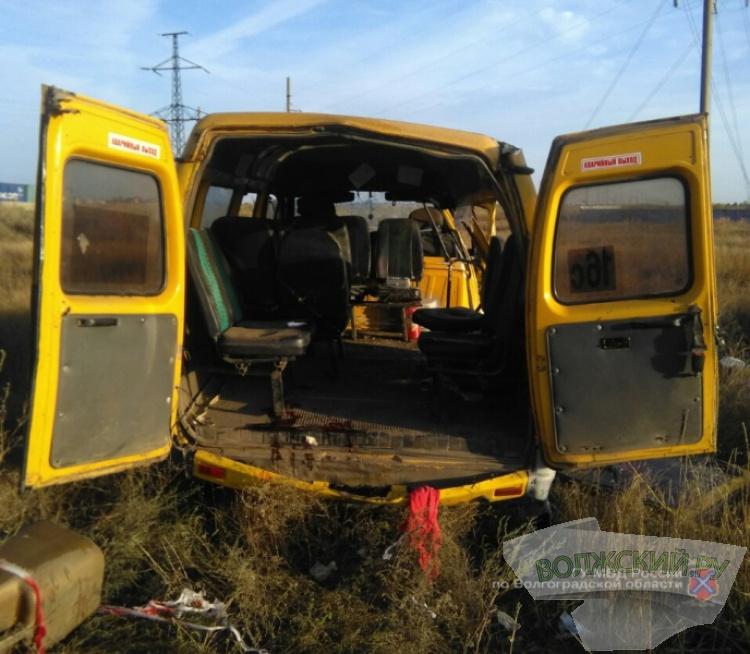 Утром в Волжском перевернулась маршрутка с пассажирам