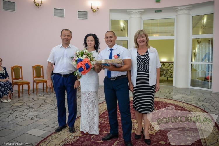 В День города в Волжском появилось 20 новых семей